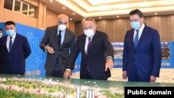 Қазақстан экс-президенті Нұрсұлтан Назарбаев (ортада) Rixos Water World Aktau қонақүйін аралап жүр. Феттах Таминже (сол жақтан екінші) Назарбаевқа қонақүйді таныстырып жатыр. 18 қыркүйек 2020 жыл. Сурет primeminister.kz сайтынан алынды.