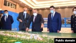 Бывший президент Казахстана Нурсултан Назарбаев (в центре) и Феттах Таминдже (по правую руку Назарбаева) смотрят на макет в отеле Rixos Water World Aktau. 18 сентября 2020 года.
