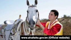 Türkmenistanyň resmi internet saýtynda çap edilen suratlardan biri.