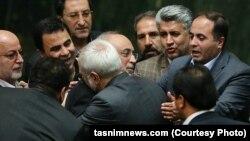 Иран парламенті депутаттары ядролық келісімді мақұлдап дауыс бергеннен кейін. Тегеран, 11 қазан 2015 жыл.