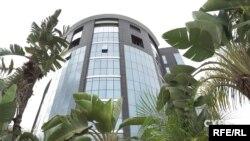 На першому поверсі високої скляної будівлі розташувався офіс кіпрської компанії System Capital Management