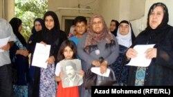ذوو أسرى ومفقودون يرفعون صوراً لأبنائهم في تجمّع بالسليمانية