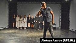 Режиссер Куба Адылов и игравшие в спектакле актеры.