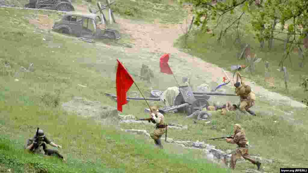 Реконструкция штурмаСапун-горы 7 мая 1944 года в Севастополе.Участники военно-исторических клубов провели ее 5 мая в рамкахисторико-патриотического фестиваля «Знамена Победы»
