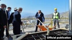 Премьер-министр Кубатбек Боронов на церемонии закладки капсулы золотоизвлекательной фабрики на месторождении «Терек-Сай» в Джалал-Абадской области, 26 сентября 2020 г.