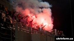 Иллюстрационное фото. Футбольные фанаты во время матча «Заря» – «Шахтера». Запорожье, май 2016 года