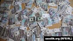 Узбекские сумы и американский доллар.