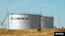 """Емкости для хранения нефти, принадлежащие """"Эмбамунайгазу"""" - дочерней компании """"КазМунайГаза"""". Атырауская область, август 2009 года."""