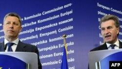 Комісар ЄС з енергії Ґюнтер Еттінґер (праворуч) і український Міністр палива та енергетики Юрій Бойко, Брюссель, 6 травня 2010 року