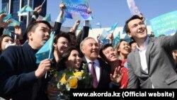 Экс-президент Казахстана Нурсултан Назарбаев по прибытии в Алматы, 26 марта 2019 года.