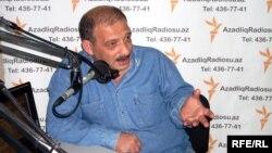 Рауф Миркадыров в бакинской студии Радио Свобода (архив)