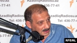 Журналист Рауф Миркадыров в студии АзадлыгРадиосу, 2009