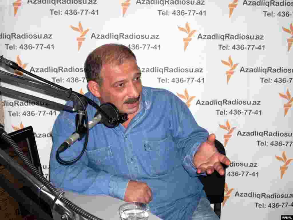"""Әзербайжан билігі белгілі журналист Рауф Миркадыровқа """"тыңшылық жасаған"""" деген айып тағып, үш айға қамауға алды. Журналист """"2008 жылы Армения арнайы қызметіне кіріп, Ереванға Әзербайжанның мемлекеттік құпияларын жеткізіп отырған"""" деген күдікке ілінген. Миркадыров 19 сәуірде Түркиядан депортацияланғаннан кейін Бакуде қамауға алынған."""