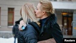 Супруга Алексея Навального Юлия утешает супругу Олега Навального Викторию после судебного заседания 30 декабря 2014 года