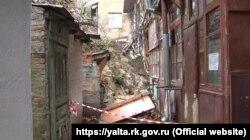 Последствия обрушения подпорной стены в переулке Ломоносова в Ялте