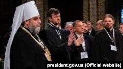 Митрополит Вінницький і Барський Симеон (ліворуч) раніше заявив про перехід до ПЦУ. Ця світлина зроблена на Об'єднавчому соборі в Києві 15 грудня 2018 року