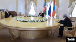 Russia -- Russian President Vladimir Putin (C), Azerbaijani President Ilham Aliyev (L) and Armenian President Serzh Sarkisian meet in St. Petersburg, June 20, 2016