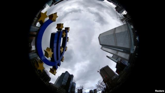 Skulptura eura ispred Evropske centralne banke u Frankfurtu