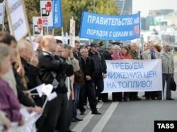 """""""Три года назад по России прошли митинги с требованием снизить цену на бензин до 15 рублей. Сейчас средняя стоимость бензина приблизилась к 33 рублям, а """"бензиновые"""" митинги давно забыты""""."""