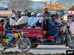 """""""Таблиг-и жамаат"""" уюмунун Пакистандын Райвинд шаарчасындагы ири жыйынынан таркап бара жаткандар. 13.3.2020."""