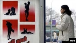 بسیاری از دولت های جهان در تلاشند تا با تبلیغات و بالابرن آگاهی ها، از گسترش ایدز جلوگیری کنند. (عکس آگهی آموزشی در صربستان)
