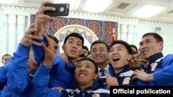 Президент Сооронбай Жээнбеков с игроками сборной Кыргызстана по футболу.