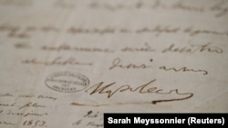 Napóleon aláírása a végakaratán, amit 1821 áprilisának végén írt, és amit ma az Invalidusok dómjában lehet megtekinteni.
