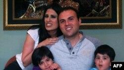 سعید عابدینی در کنار همسرش، نغمه عابدینی و دو فرزندش