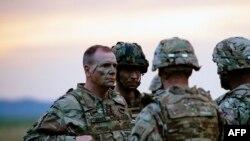 Бен Годжес (л) з військовими США під час спільних навчань у Болгарії, 18 липня 2017 року