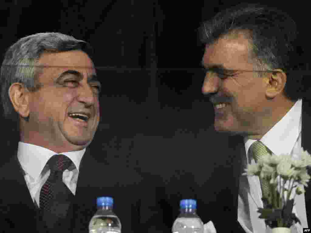 Turska - Navijači 3 - Predsjednici Turske i Armenije, Abdullah Gul i Serzh Sarkisian su nakon nedavno potpisanog povijesnog dogovora između dvije zemlje, bodrili svoje timove na kvalifikacijskoj utakmici u gradu Bursa u Turskoj.