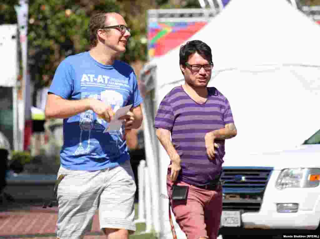 Отец гуляет с сыном в Южно-Калифорнийском университете, где проходят соревнования Спецолимпиады
