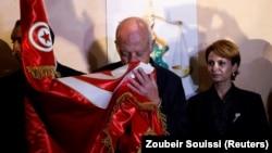 بوسه قیس سعید بر پرچم تونس پس از اعلام پیروزیاش در انتخابات ریاست جمهوری در هفته اخیر