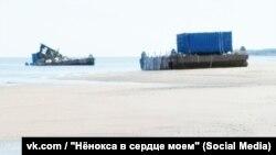 Плавучие платформы, одна из которых была повреждена взрывом 8 августа. Ненокса, Архангельская область России