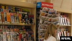 Газет-журналдар сататын орын. Көрнекі сурет.