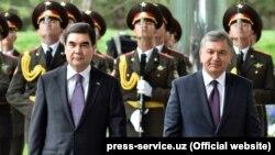 Түркмөн президент Гурбангулы Бердымухамедов менен өзбек президенти Шавкат Мирзиёев.