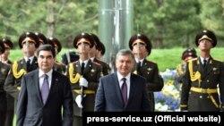 Президент Туркменистана Гурбангулы Бердымухамедов (слева) и президент Узбекистана Шавкат Мирзияев.