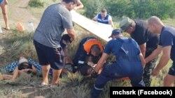 Эвакуация пострадавших после падения во время конной прогулки в Крыму