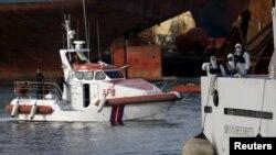 نیروهای امدادی ایتالیا در حال انتقال اجساد یافتشده به خشکی