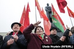Hundreds of people took part in a rally marking the Bolshevik Revolution in Minsk on November 7.