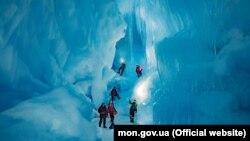 Українські полярники у знайденій печері