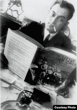 Евгений Петров с американским изданием «Золотого теленка»