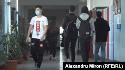 Pentru majoritatea elevilor din România, pandemia a însemnat cursuri online. Pentru 65.000 dintre ei, a însemnat abandonarea școlii