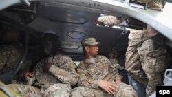 Американские военнослужащие внутри бронированной машины на Яворовском полигоне