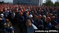 Тысячи работников завода «Гродно Азот» оставили рабочие места и встретились с руководством предприятия и городскими властями. Гродно, 14 августа 2020 года.
