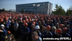 Thousands of workers at the Hrodna Azot chemical plant in the western city of Hrodna walked off the job on August 14 and met plant administrators and city authorities.