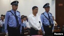 Бо Силай сот алдында тұр. Қытай, 22 тамыз 2013 жыл.