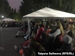 Зрители фестиваля уличного кино в Томске