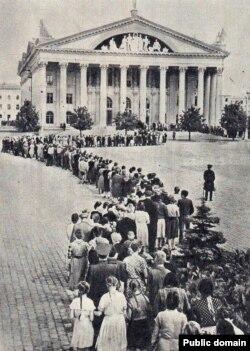 Чарга ў Палац культуры прафсаюзаў 15 жніўня 1986 году, дзе стаяла труна зь Якубам Коласам.