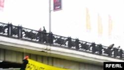 Илья Яшин и Мария Гайдар на альпинистских тросах, со спецоборудованием спустились с Большого Каменного моста и на высоте более 10 метров над Москвой-рекой растянули плакат «Верните народу выборы, гады!»