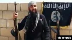 "Сирияда ""Ислам мемлекеті"" тобы құрамында соғысып жүрген өзбек азаматы (видеодан скриншот)."